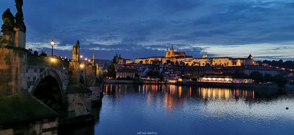 charles bridge by night Praga